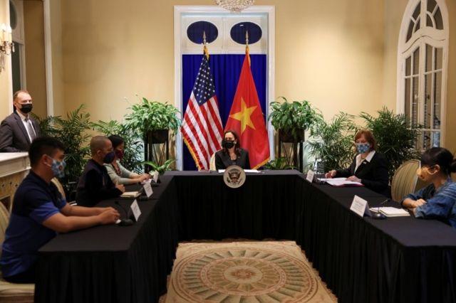 """Một cuộc thảo luận bàn tròn giữa bà Harris và một nhóm mà phía Mỹ gọi là """"Change Makers"""""""