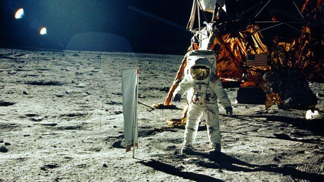 Uno de los astronautas de Apolo 11 despliega el experimento de composición del viento solar