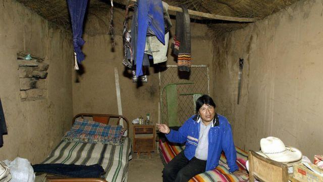Evo Morales muestra la casa de su infancia