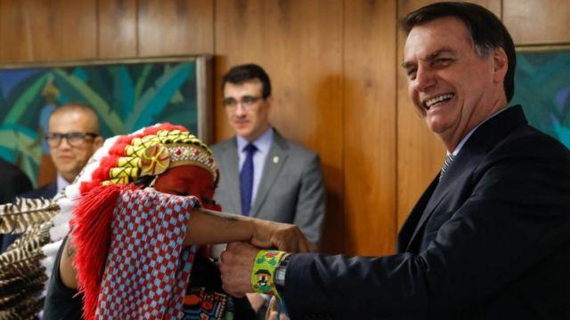 Jair Bolsonaro com indígena da etnia Guajajara