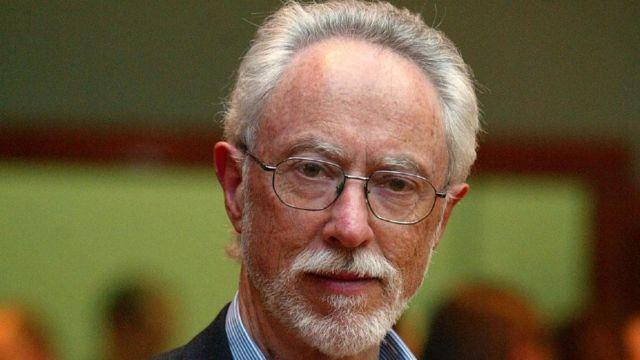 """En 2003, le prix Nobel de littérature est attribué à l'écrivain sud-africain John Maxwell Coetzee """"qui dans de multiples travestissements expose la complicité déconcertante de l'aliénation""""."""