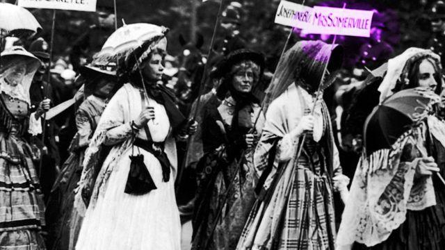 """Desfile de """"Mujeres famosas"""" de sufragistas vestidas como mujeres notables del pasado."""