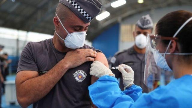 Policial é vacinado em São Paulo em 2021