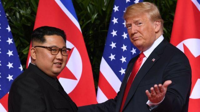 2018年6月12日,金正恩(左)和特朗普在新加坡首次举行峰会