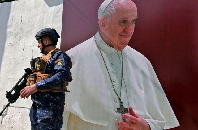 استعدادات أمنية لزيارة البابا فرنسيس قرب كنيسة سيدة النجاة في حي الكرادة في بغداد - فبراير 2021