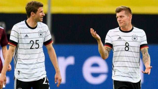Los futbolistas alemanes Thomas Muller y Toni Kroos.