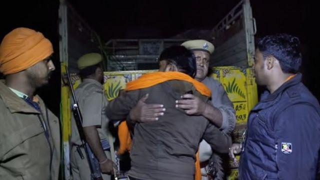 সন্দেহভাজন গরু চোরাচালানিদের সাথে গো-রক্ষকদের গুলিবিনিময়ের পর নওলকিশোর শর্মাকে আলিঙ্গন করছেন এক পুলিশ কর্মকর্তা