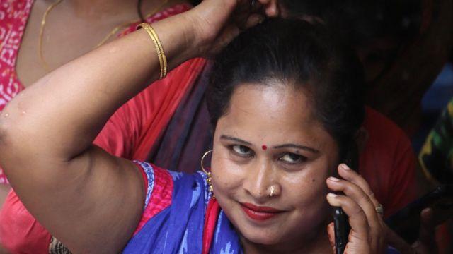 Una mujer india habla por teléfono.