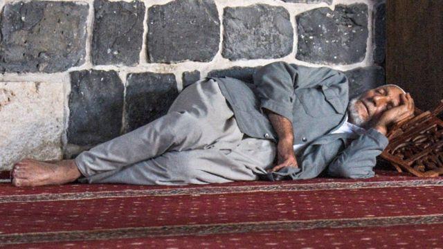 झोपलेला माणूस