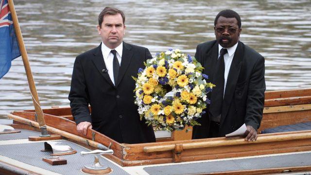 Uma coroa de flores foi colocada no Tâmisa em memória de Adam, setembro de 2002