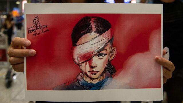 Un poster con la imagen de una joven con una herida sangrante en el ojo