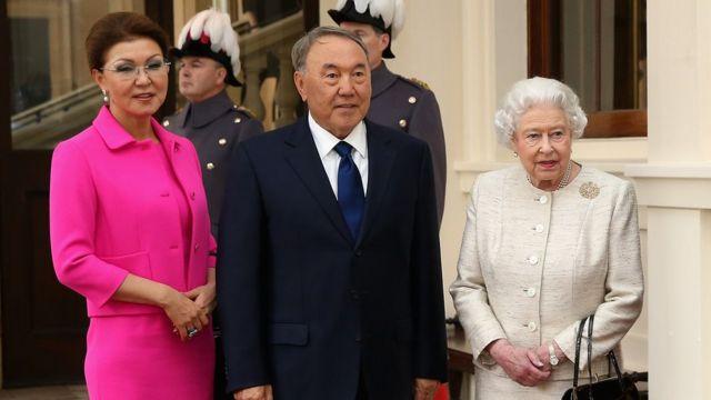 Дарига с отцом на приеме у королевы Елизаветы II в Букингемском дворце в ноябре 2015 года