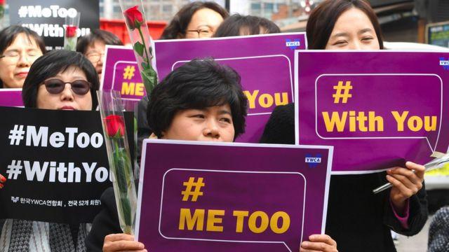2018年3月8日,韓國抗議者手持寫#MeToo的標語
