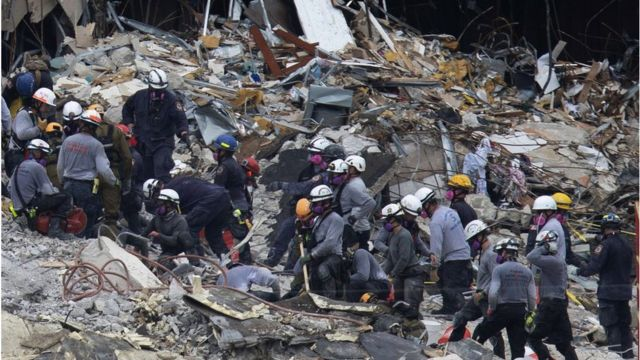 Work of the emergency teams after the collapse of the building.