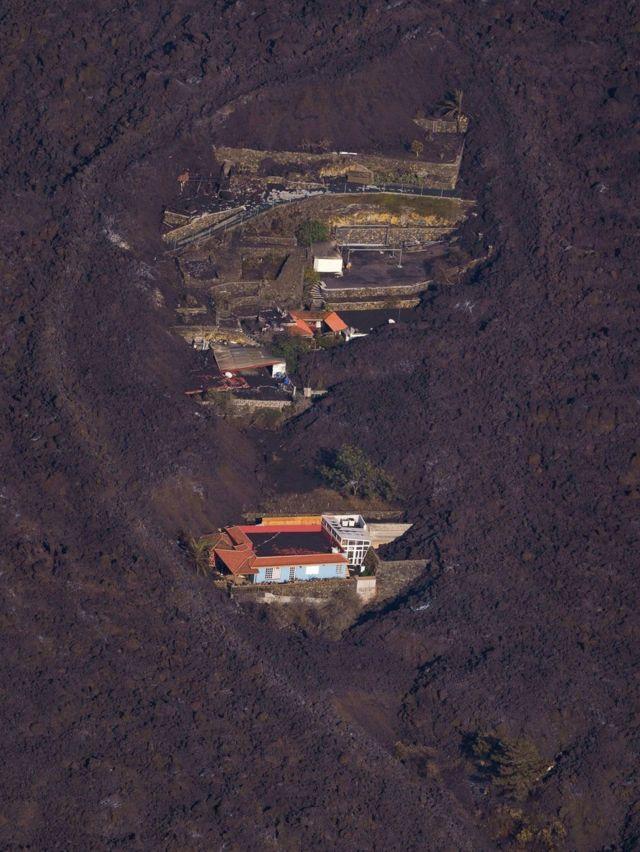 صورة جوية لمنازل محاصرة