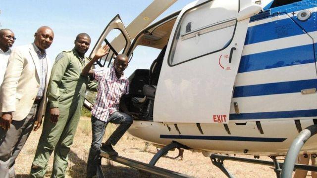 Ils ont organisé son voyage en hélicoptère à l'école pour le motiver pour la suite.