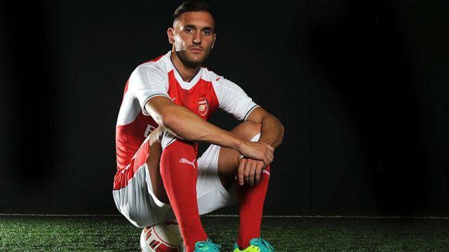 Lucas Perez devrait épauler Olivier Giroud au poste d'attaquant de pointe.