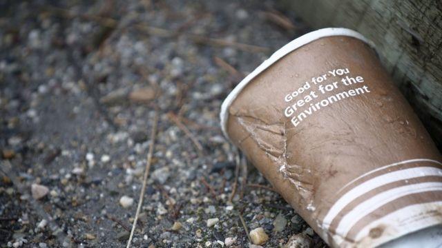 Copo de café jogado no chão