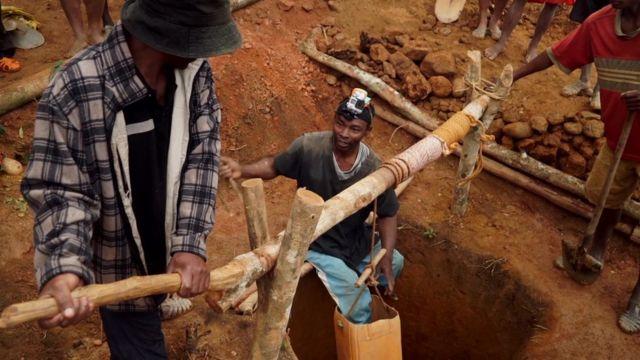 Au péril de sa vie, il brave les fosses profondes et dangereuses des mines.