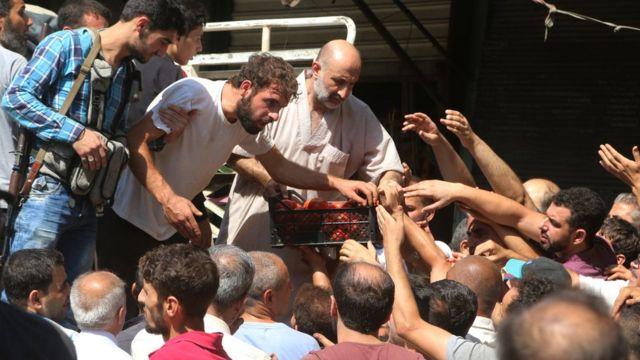 Sírios tentam comprar comida em Aleppo