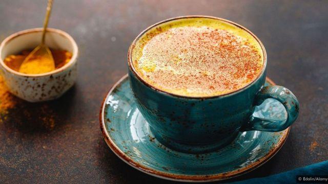 இந்திய ஹால்டி தூத் என்பது மஞ்சள் தூளும் சர்க்கரையும் கலந்த இளம் சூடான பால்