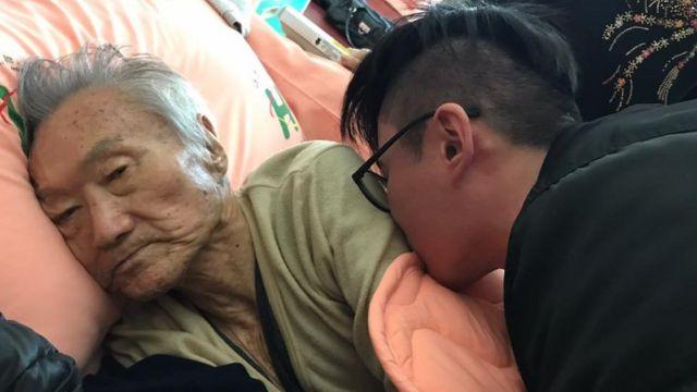 傅達仁臥病在牀受兒子照顧。