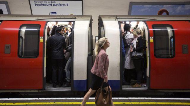 Pasajeros en vagones del metro de Londres