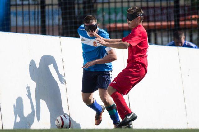 Люди с нарушением зрения играют в футбол