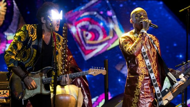 Les chanteurs Matthieu Chedid et Sidiki Diabate sur scène avec Fatoumata Diawara se produisent lors des 33èmes Victoires de la Musique 2018