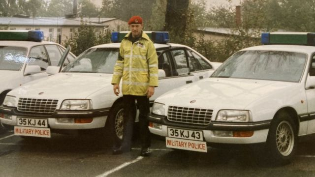 Британский полицейский у машины