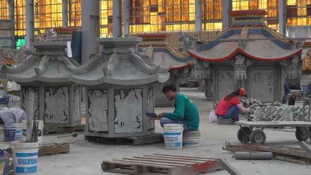 专业化分工的员工们正在造庙。