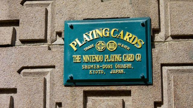 """من بين """"الشركات المُعمرّة"""" في اليابان الكثير من العلامات التجارية المعروفة على مستوى العالم، مثل """" نينتندو"""" التي يوجد مقرها في كيوتو وأُسِسَت عام 1889، وتخصصت في صناعة أوراق اللعب"""