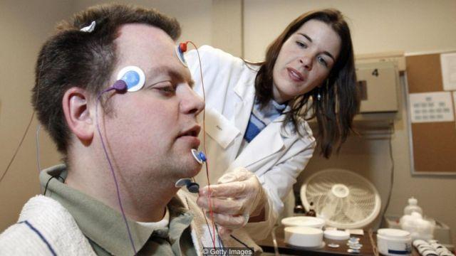 Para peneliti di Universitas Negeri Washington menggunakan sistem perekaman polisomnografik untuk mengukur kualitas tidur.