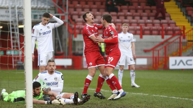 gol kutlayan crawley town futbolcuları
