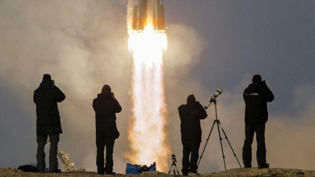 打ち上げを撮影するカメラマン