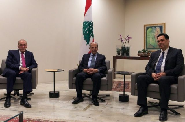 حسان دیاب، نخست وزیر جدید، میشل عون، رئیس جمهور و نبیه بری، رئیس مجلس لبنان در کاخ ریاست جمهوری در بیروت