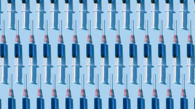 Ilustração com seringas de vacinas enfileiradas