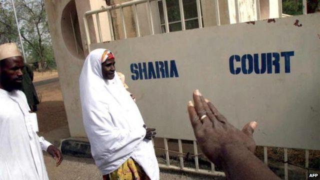 Homem e mulher chegam a um tribunal em Sokoto, Nigeria, em 2002