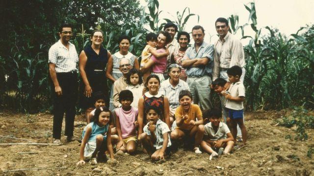 María Moliner con toda su familia en La Pobla, cerca del pueblo catalán de Mont-Roig (Tarragona).