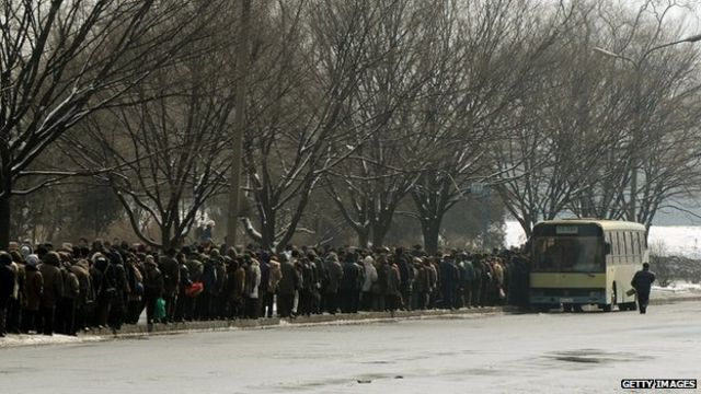 朝鮮平壤街頭民眾排隊等候搭乘巴士