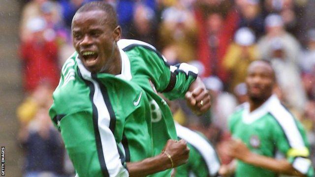 Ο Πρεσβύτερος Adeboju γιορτάζει το γκολ της Νιγηρίας εναντίον της Ισπανίας 3-2 στο Παγκόσμιο Κύπελλο του 1998