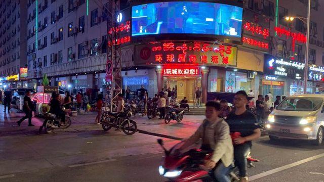 缅北地区的小勐拉街头,中文标牌随处可见。