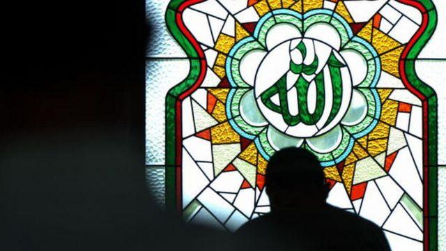 Lafadz Allah di jendela masjid