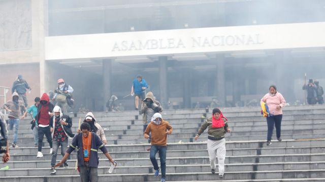 Manifestantes en las escaleras de la Asamblea Nacional.
