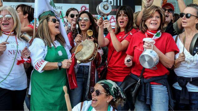 женщины в ливане с кастрюлями в руках