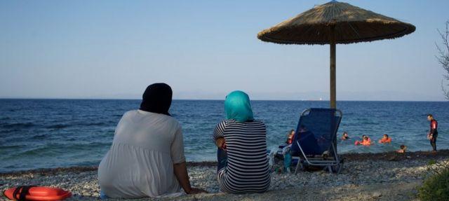 Madres mirando al mar.