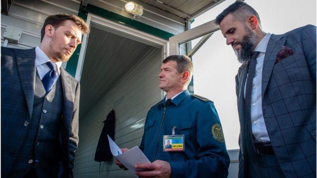Прем'єр Олексій Гончарук (ліворуч) каже, що митники під керівництвом Максима Нефьодова (праворуч) запрацюють по-новому