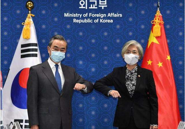 中国外交部长王毅在首尔会见韩国外长康京和