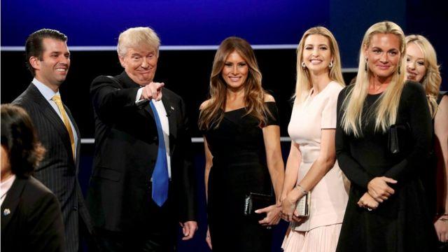 تزوج ترامب ثلاث مرات وله ابن مع زوجته الحالية، عارضة الأزياء ميلانيا كونس، ذات الأصول السلوفاكية