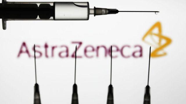Logo de AstraZeneca con jeringuillas.